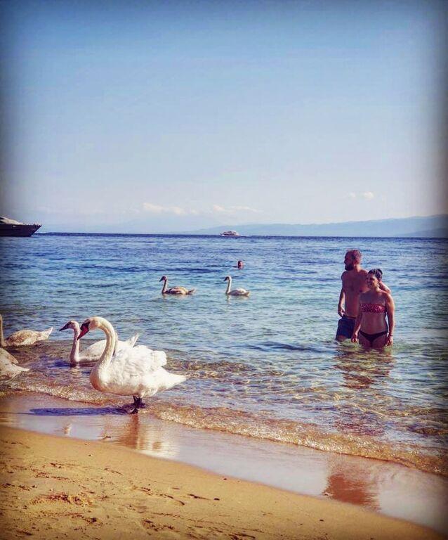 H Μαρίνα Ασλάνογλου  με τον σύζυγό της σε παραλία της Σκιάθου.