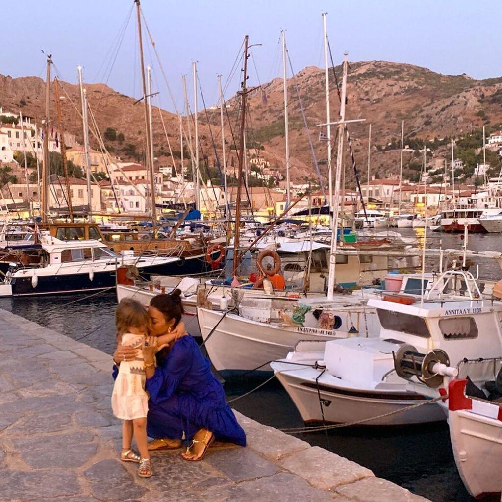 Η Ελληνίδα μαμά στην Ύδρα με την κόρη της - Οι φώτο που πρέπει να δεις (pics)