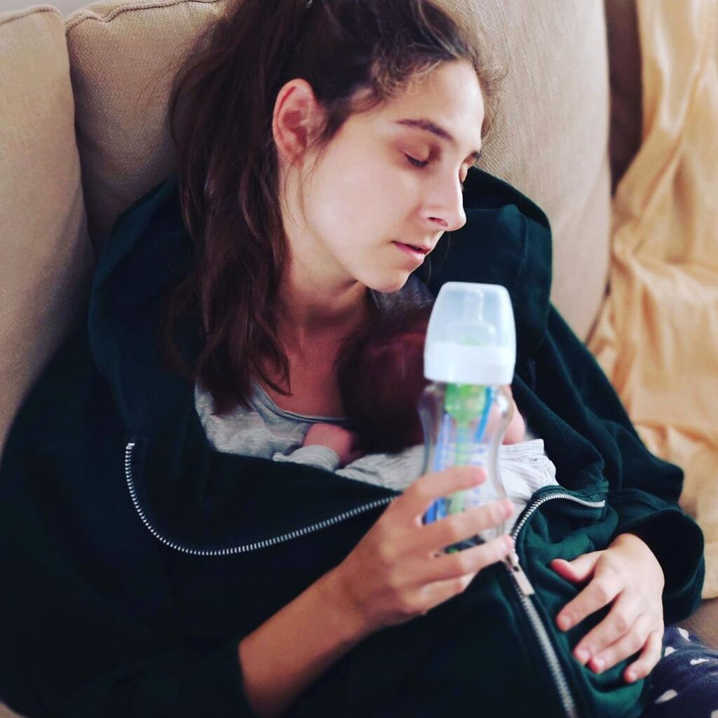«Κοιμόμαστε όπου βρούμε γρηγοραααα!! Κακά τσεκ Τσισα τσεκ Γάλα τσεκ », σχολίασε κάτω από αυτή τη φωτογραφία της πριν μερικές ημέρες, δείχνοντάς μας πώς μοιάζει η μέρα της τώρα πια.