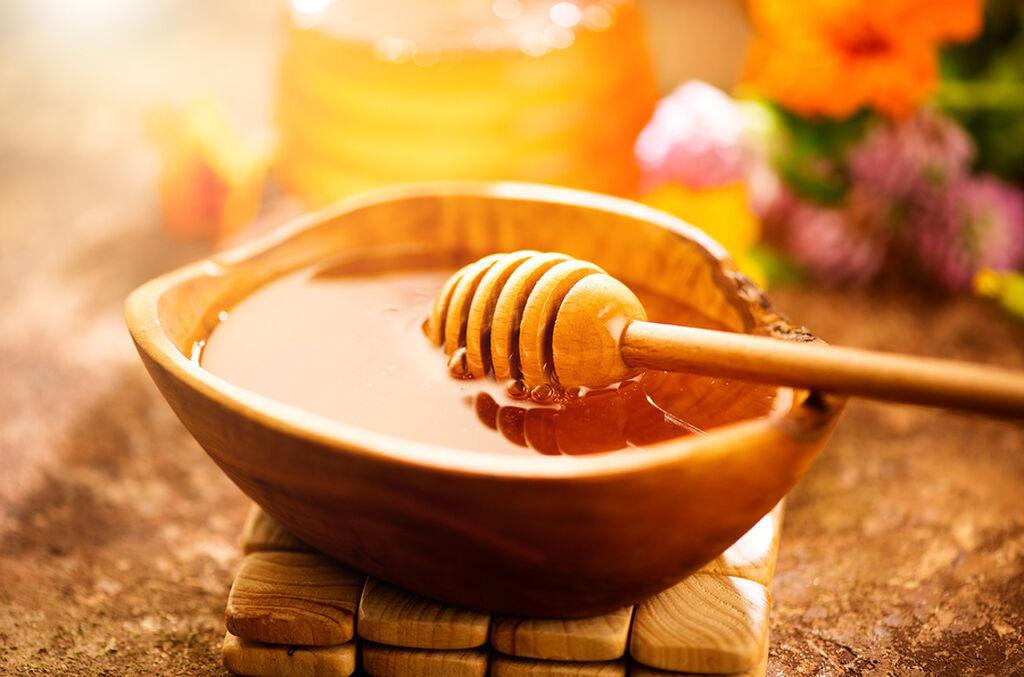 Μέλι, μηλόξυδο και λάδι καρύδας: Τα μαλλιά θα γίνουν πιο λαμπερά. Ανακατέψτε 2 κ.τ.σ από όλα τα υλικά και απλώστε στα μαλλιά. Αφήστε για 20 λεπτά και μετά πλύντε με σαμπουάν.