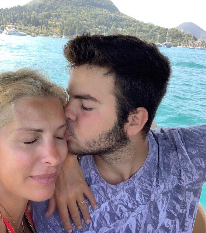 Αυτή είναι η τρυφερή φωτογραφία που δημοσίευσε σήμερα η Ελένη. Τι πιο γλυκό από το φιλί του γιου σου;
