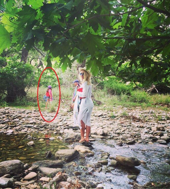 Η Ελένη Μενεγάκη φωτογραφίζεται και οι κόρες της κάνουν photobombing (pics)