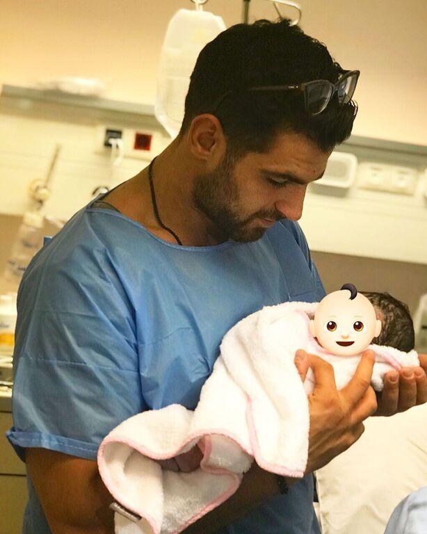 Ελένη Χατζίδου: Δείτε τους κοιλιακούς της δύο μήνες μετά τη γέννηση της κόρης της (vid & pics)