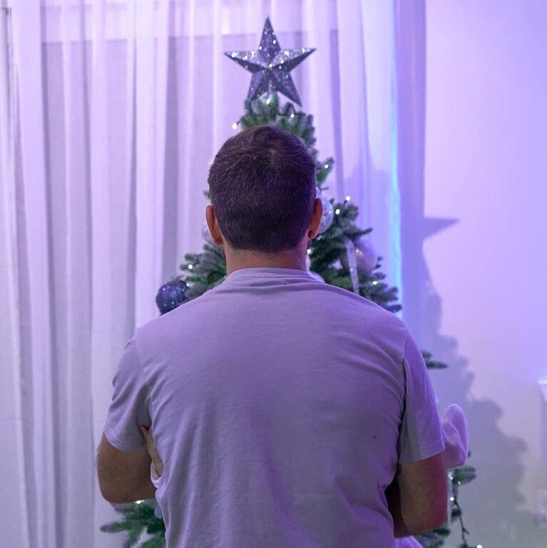 «Τα πρώτα της Χριστούγεννα! Τα πρώτα μου Χριστούγεννα μπαμπάς! ❤️??? ? @electra_asteri ?», σχολίασε κάτω από τη φωτογραφία του.