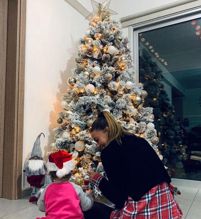 """Μαμά και κόρη κάθονται κάτω από το χριστουγεννιάτικο δέντρο και μετρούν αντίστροφα για τα Χριστούγεννα: """"Counting down ✨??31 days till Christmas ??⛄️ #christmas #family #christmasready #wintertime #2020 #xmas #alwaystogether"""""""