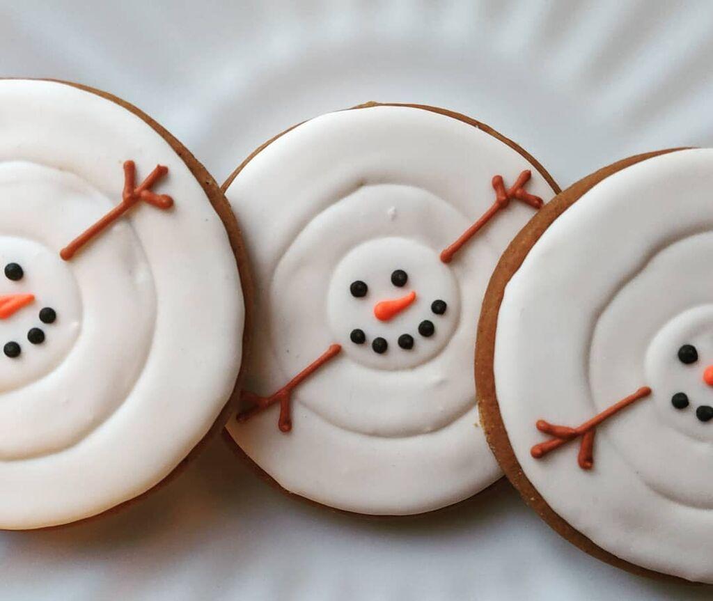 Λιωμένος χιονάνθρωπος /  Φτιάξτε τη ζύμη για τα μπισκότα σας, φτιάξτε royal icing και διακοσμήστε τα μπισκότα, δίνοντάς τους το σχήμα του λιωμένου χιονάνθρωπου. πηγή: Instagram account-sugarbymichelle