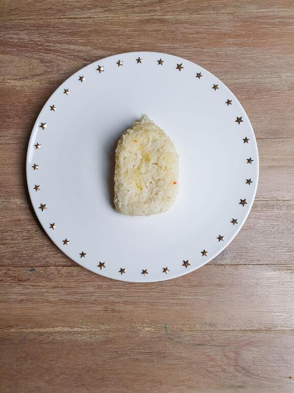 Βήμα 1: Αφού βράσετε το ρύζι, ξεκινήστε το στήσιμο του πιάτου τοποθετώντας το στο κέντρο του πιάτου όπως βλέπετε παραπάνω.