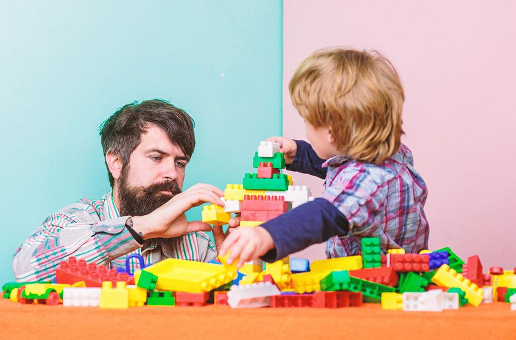 Βοηθήστε τα παιδιά  Αντί να αφήσετε το παιδί σας να κερδίσει, μπορείτε να το βοηθήσετε. Για παράδειγμα, στα επιτραπέζια παιχνίδια πιθανόν να χρειαστεί να του διαβάσετε τι λένε οι κάρτες ή να μετακινήσει τα πιόνια στο σωστό σημείο. Η παροχή βοήθειας είναι διαφορετικό πράγμα από το να το αφήνετε να κερδίσει απλά για να μη στεναχωρηθεί.