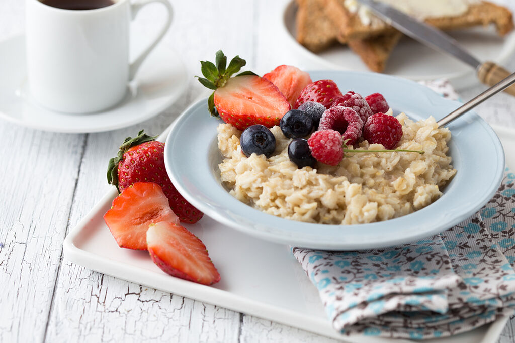 1. Μην φάτε πρωινό /   Αν θέλετε να χάσετε κιλά απλά προσπεράστε το πρωινό. Φάτε το μεσημεριανό στις 12 το μεσημέρι, ένα σνακ στις 3 το μεσημέρι και το βραδινό από τις 7 μέχρι τις 8 το απόγευμα. Άνθρωποι που ακολουθούν τη διαλείπουσα ή διαλειμματική νηστεία ενισχύουν την υγεία τους και «καίνε» λίπος.