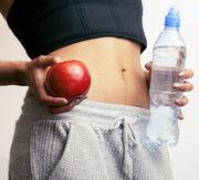 2. Νερό με λεμόνι / Έχει καθαριστικές ιδιότητες και είναι πλούσιο σε βιταμίνη C. Ρόφημα: 1 ποτήρι νερό, χυμό από μισό λεμόνι. Ανακατέψτε όλα τα υλικά μαζί. Πιείτε το νωρίς το πρωί πριν φάτε και πιείτε ο,τιδήποτε άλλο.