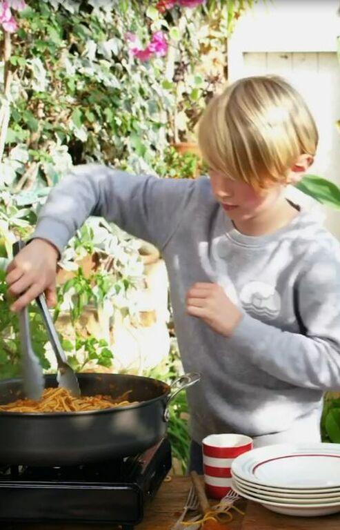 Στα χνάρια του μπαμπά του! Ο γιος του Jamie Oliver μαγειρεύει (Pics & video)