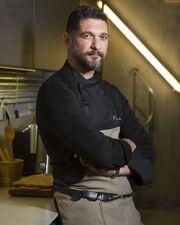 O γοητευτικός μάγειρας έχει κερδίσει το ενδιαφέρον τηλεθεατών και παικτών και σήμερα είναι ένας από τους πιο δημοφιλείς chef στη χώρα μας.