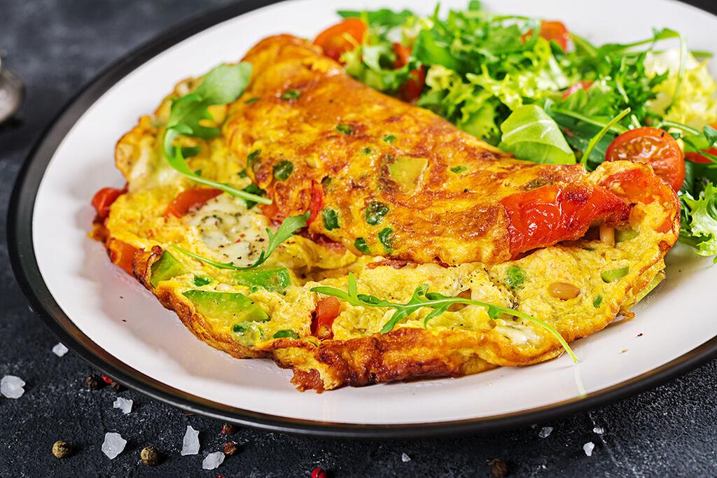 Ημέρα 1η:  Πρωινό: Ομελέτα με 1 αυγό, φέτα και πιπεριές + 1 πορτοκάλι + πράσινο τσάι ή σκέτο καφέ Δεκατιανό: 1 συσκευασία κεφίρ με χαμηλά λιπαρά + 1 φλ. raspberries + 2 κ.σ. chia seeds Μεσημεριανό: Τορτίγια ολικής άλεσης με λαχανικά, cheddar και χούμους Απογευματινό: ¼ φλ. φυστίκια Βραδινό: Σούπα λαχανικών + μία μικρή πιτούλα ολικής άλεσης
