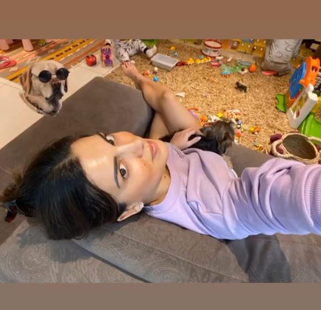 Σταματίνα Τσιμτσιλη:«Και ο Μπάνι θέλει τα χαδάκια του. #menoumespiti #family #quarantine»
