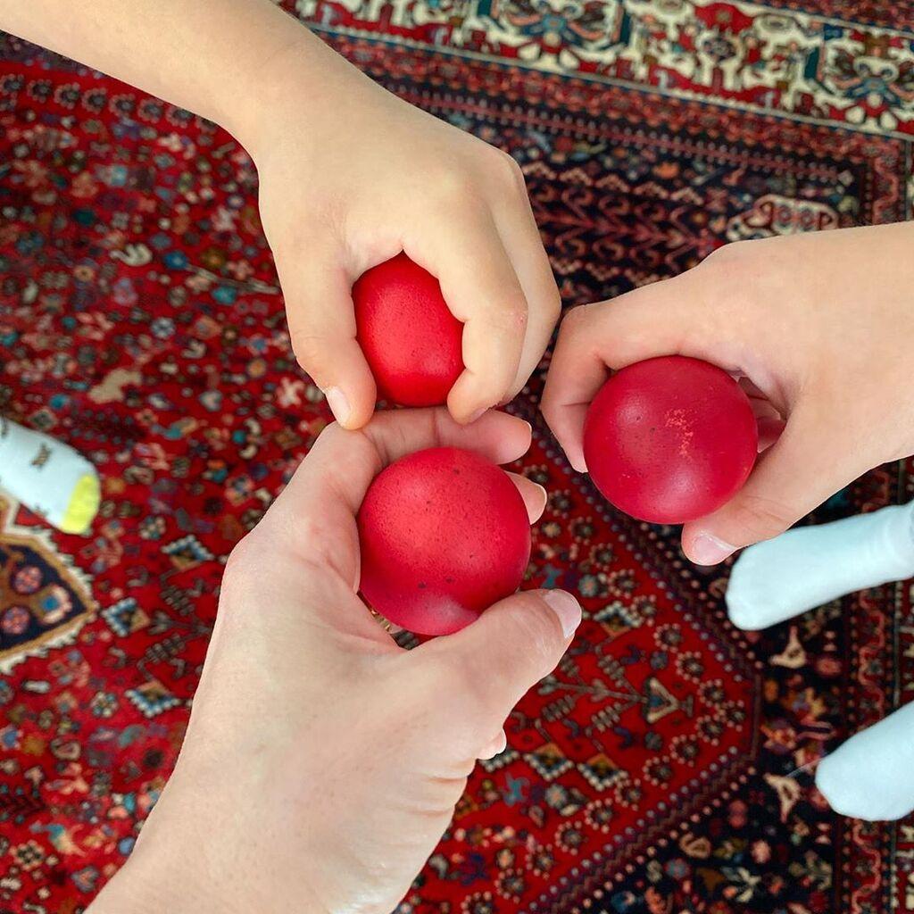 Φαίη Σκορδά: Τσουγκρίζει αυγά με τους γιους της και εύχεται « Χριστός Ανέστη» (pics)