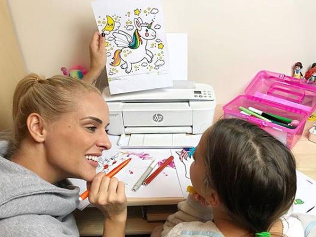 Έλενα Ασημακοπούλου: Μας έδειξε τι ζωγράφισε η κόρη της και πάθαμε πλάκα (pics)