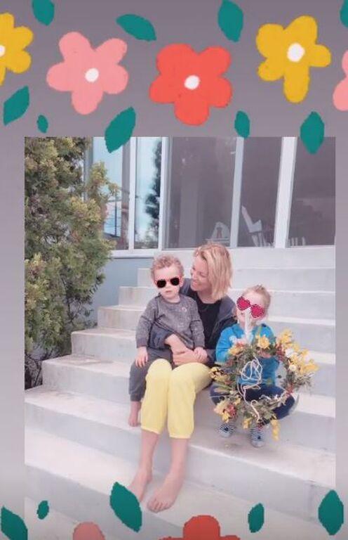 Βίκυ Καγιά: Η απίθανη φώτο με τον γιο και την κόρη της & το υπέροχο μαγιάτικο στεφάνι τους (pics)