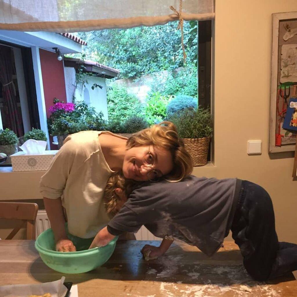 Ευδοκία Ρουμελιώτη: Στην κουζίνα με τον γιο της - Δείτε τι έφτιαξαν (pics)