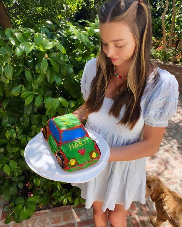 Στον κήπο και με σαπουνόφουσκες γιόρτασε τα 2α γενέθλια του γιου της η διάσημη μαμά (pics)