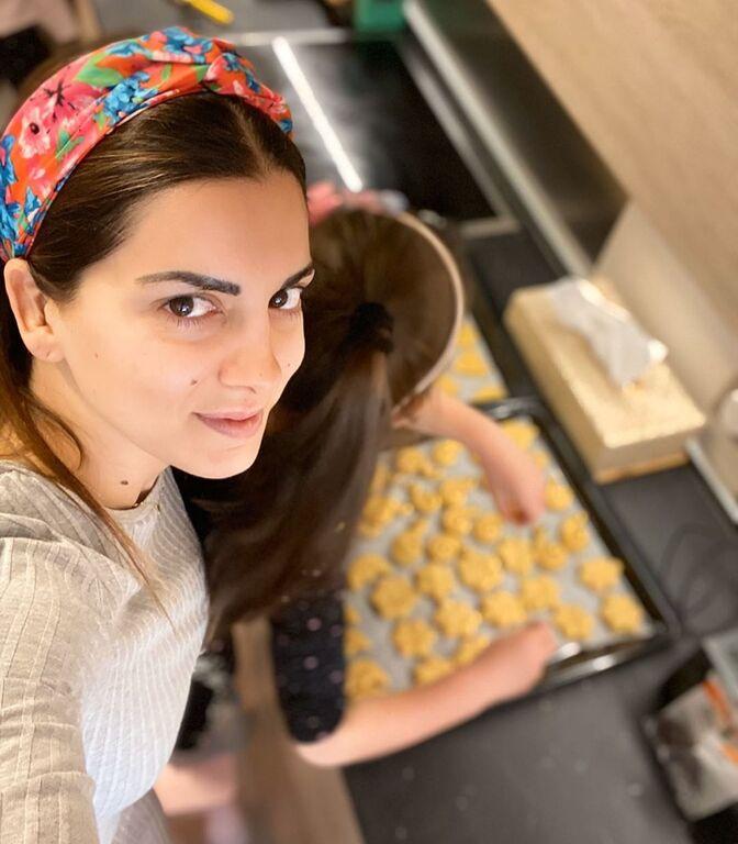 Γεμάτο το πρόγραμμα της Σταματίνας Τσιμτσιλή. Μετά τη δουλειά επιστρέφει στο σπίτι και περνάει χρόνο με τα παιδιά της. Μαγειρεύουν μαζί.