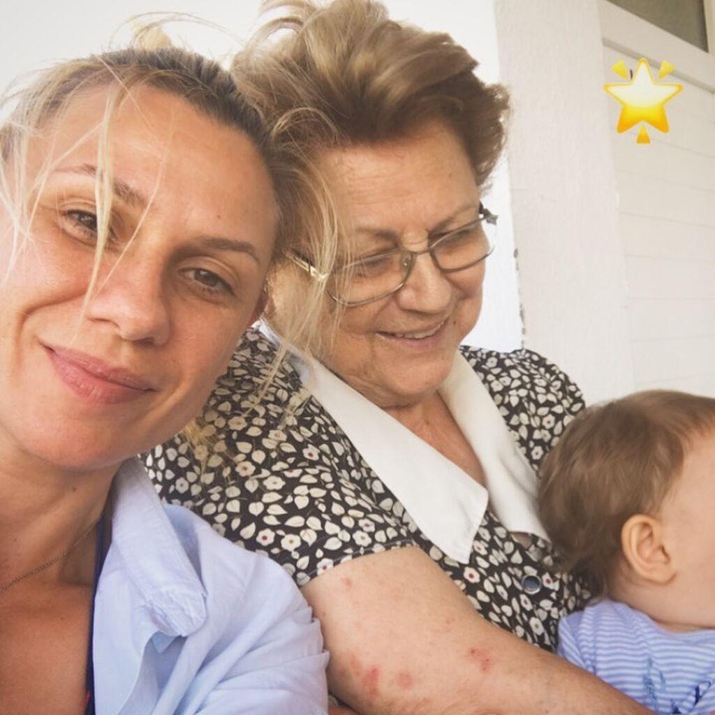 Κατερίνα Καραβάτου: Μας δείχνει για πρώτη φορά φωτογραφία του γιου της από το μαιευτήριο
