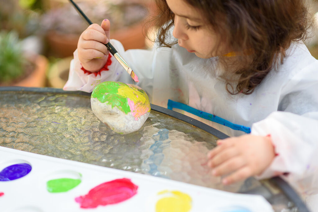 Ζωγραφίστε - Ζητήστε από το παιδί σας να εμπνευστεί από όσα βλέπει από το μπαλκόνι σας και να ζωγραφίσει κάτι σχετικό. Μπορεί να είναι ένα σπίτι, ο ουρανός ή ό,τι άλλο το εμπνεύσει.