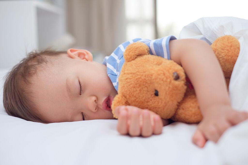 Δημιουργήστε μία ρουτίνα ύπνου για το παιδί. Φροντίστε ώστε να πέφτει για ύπνο περίπου την ίδια ώρα κάθε μέρα και να κοιμάται επαρκώς.