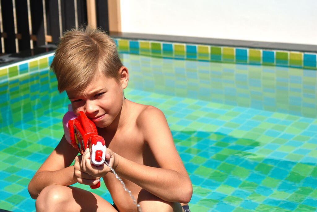 Μπαλόνια με νερό: Γεμίστε περίπου 7-10 μπαλόνια με νερό και δέστε τα σε ένα ξύλο ώστε να έχουν μια απόσταση μεταξύ τους. Χρησιμοποιώντας ένα πλαστικό ρόπαλο, αφήστε τα παιδιά σας να πετύχουν τα μπαλόνια. Βεβαιωθείτε ότι τα παιδιά βρίσκονται σε ασφαλή απόσταση το ένα από το άλλο για να αποφύγετε τυχόν ατυχήματα. Όποιος χτυπήσει (και σπάσει!) τα μπαλόνια θα έχει μια έκπληξη