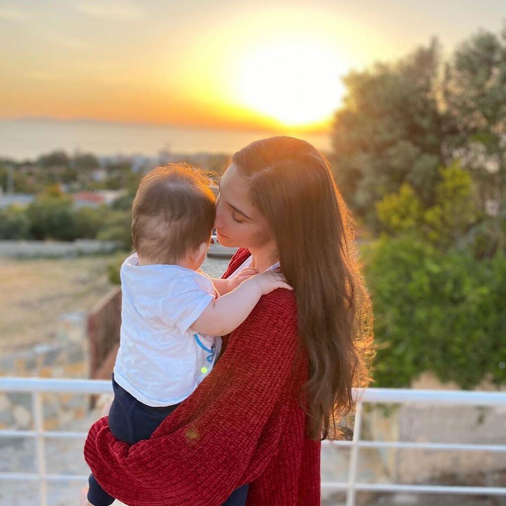 Φωτεινή Αθερίδου: Σε λήθαργο ο γιος της – Δείτε που αποκοιμήθηκε (pics)