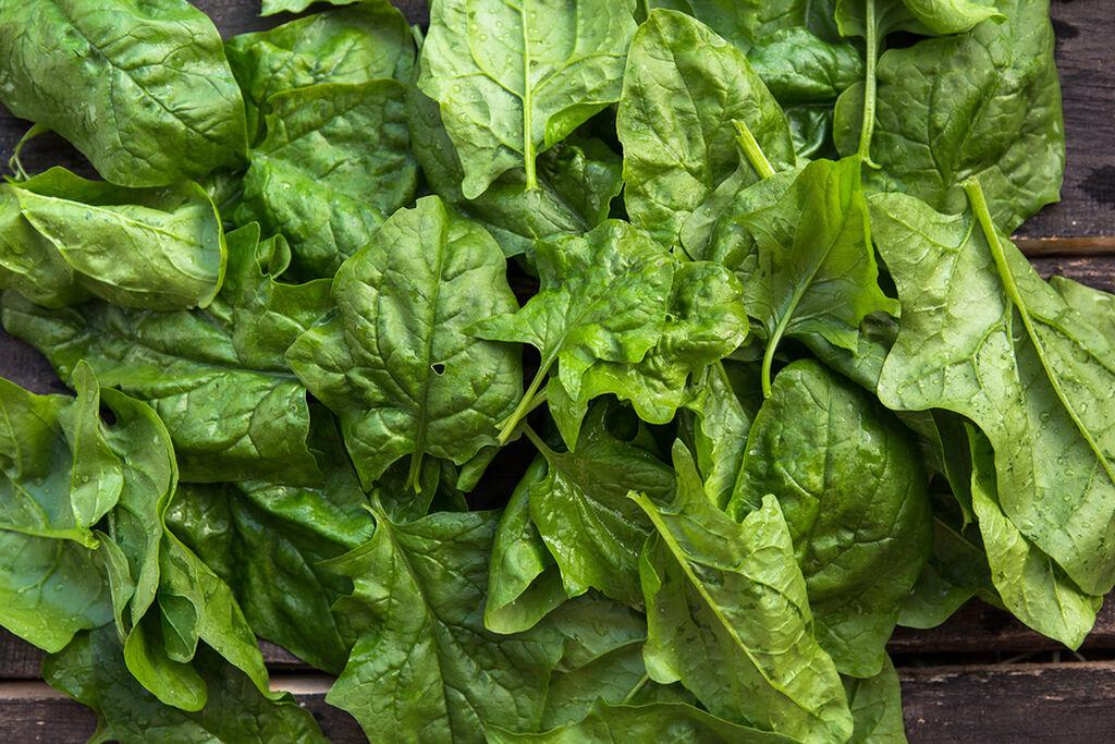 Πράσινα λαχανικά όπως σπανάκι, μαρούλι κτλ