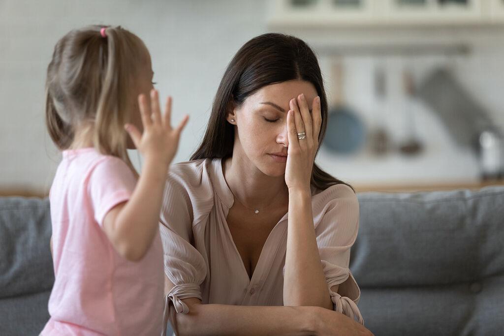 «Όταν το παιδί μου πυροδοτεί άβολα συναισθήματα μέσα μου, προσπαθώ να τα αναλύσω. Εχω ωριμάσει πολύ κοιτάζοντας καταπρόσωπο τα συναισθήματα αυτά. Δεν είναι δουλειά του παιδιού μου να με βοηθήσει να ωριμάσω, αλλά πρέπει να περάσω από μερικά δύσκολα πράγματα για να γίνω ο γονιός που θέλω να είμαι. Το να είσαι γονιός σε κάνει ταπεινό».