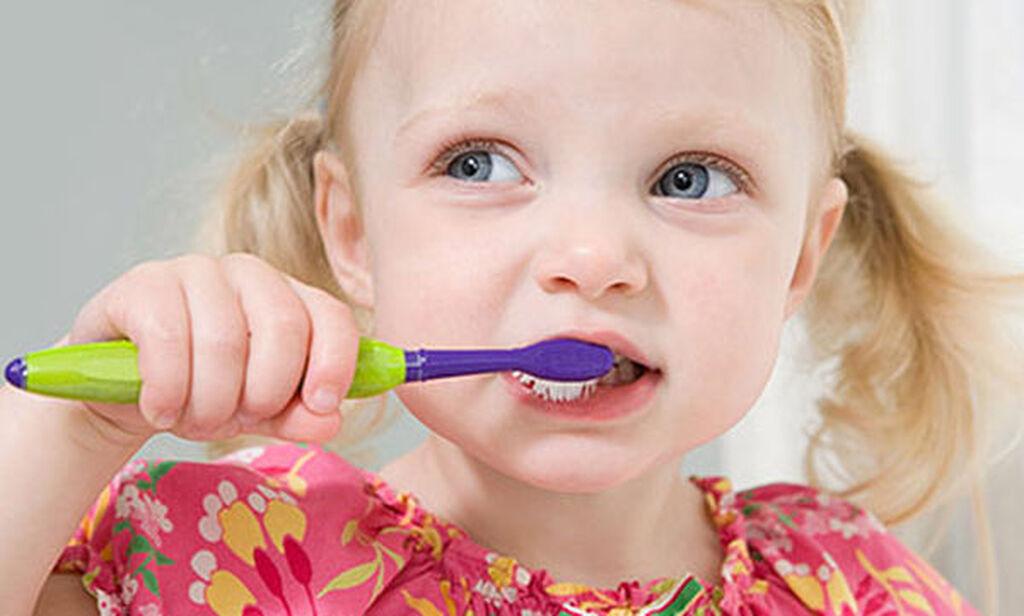 Δώστε το παράδειγμα Συχνά λέμε στα παιδιά πώς να βουρτσίζουν τα δόντια τους, χωρίς όμως να τους δείχνουμε. Ένας αποτελεσματικός τρόπος είναι να βουρτσίζετε μαζί τα δόντια ( τον πρώτο καιρό) για να κατανοήσουν καλύτερα πώς να το κάνουν.