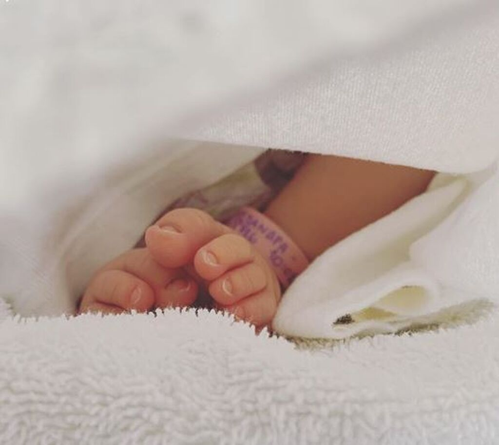 Ελληνίδα ηθοποιός φωτογραφίζει το είκοσι ημερών μωρό της - Δείτε φώτο (pics)