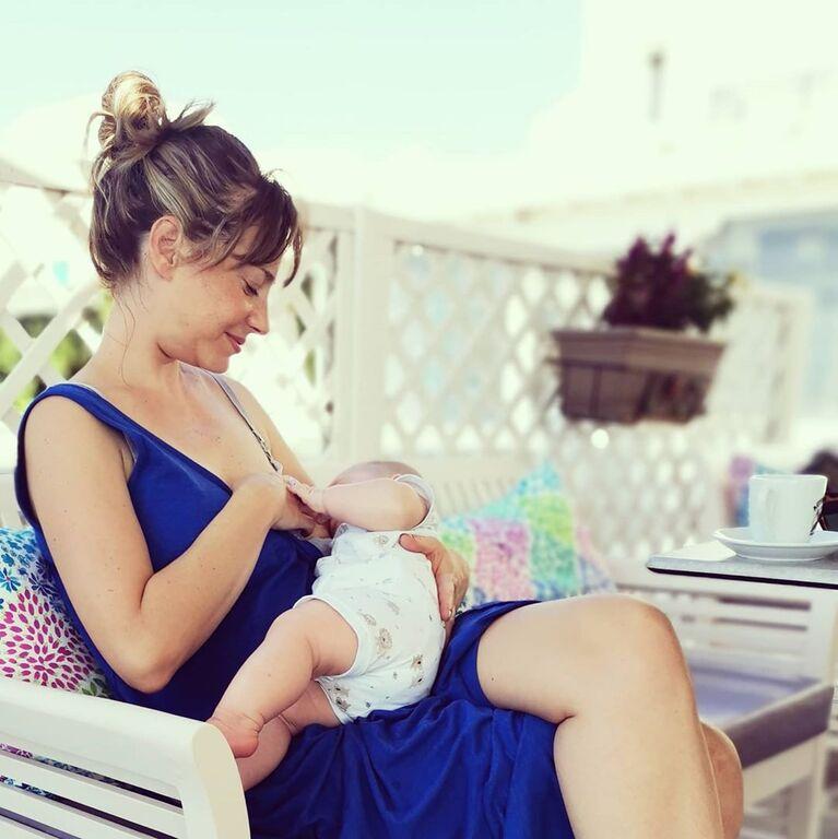 Ελληνίδα ηθοποιός θηλάζει τον γιο της & μιλά για την ομορφιά του θηλασμού