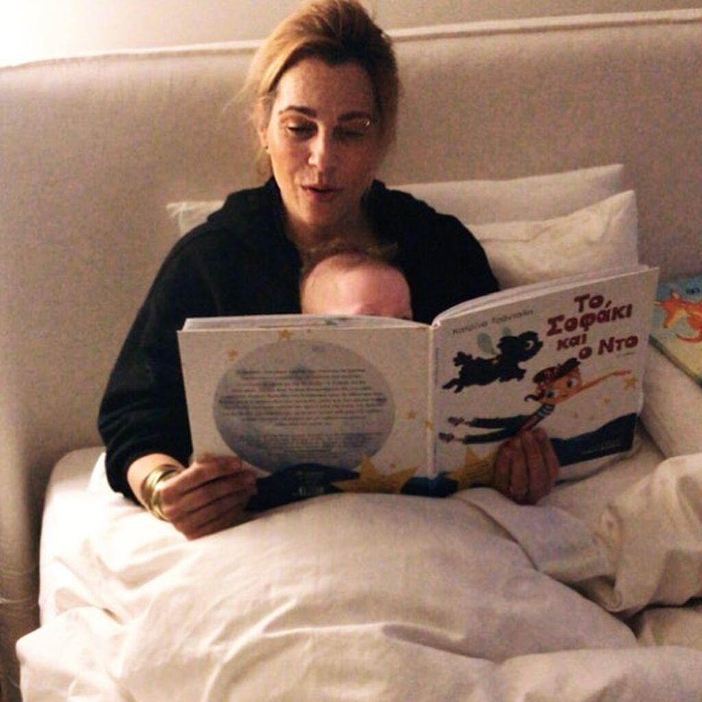 Η Ντορέττα Παπαδημητρίου ποζάρει με την κούκλα κόρη της Τζένης Μπότση