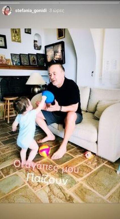 Σταμάτης Γονίδης: Παίζει με το εγγόνι του στο σαλόνι του σπιτιού