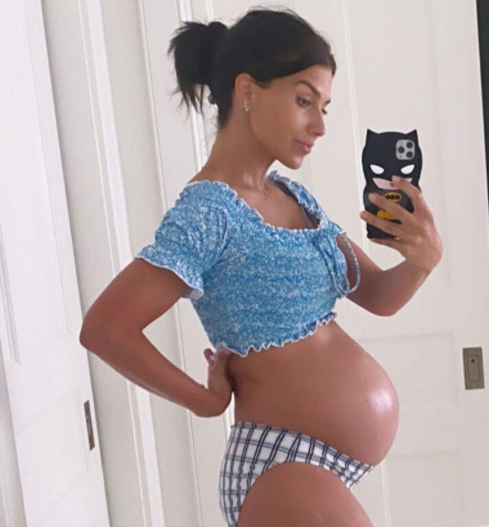 Διάσημη μαμά μας δείχνει τη φουσκωμένη της κοιλίτσα λίγο πριν γεννήσει