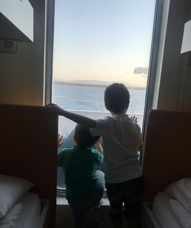 Γνωστός Έλληνας μπαμπάς φωτογραφίζει τους γιους του σε παραλία της Άνδρου