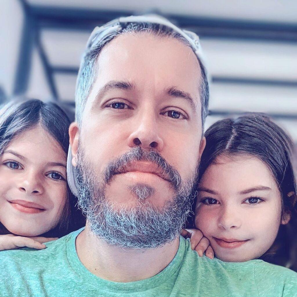 Χάρης Βαρθακούρης: Αυτή τη selfie με τις κόρες του αξίζει να τη δείτε