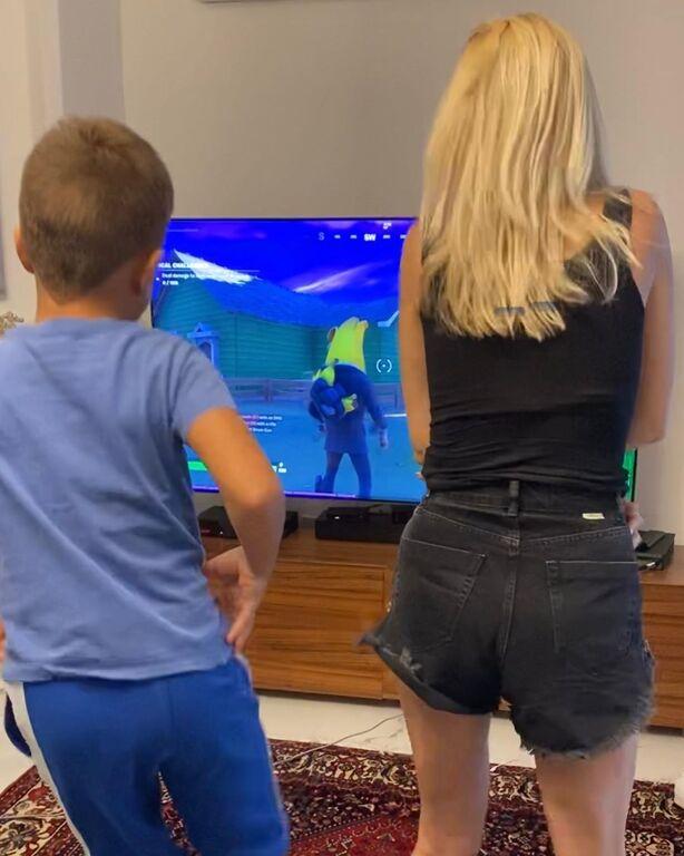Φαίη Σκορδά: Ποζάρει άβαφη σε μια φωτογραφία αγκαλιά με τον γιο της