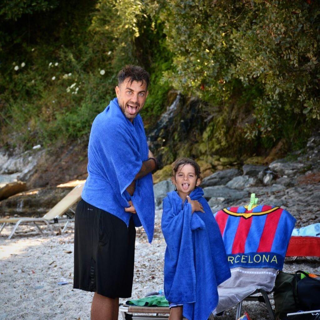 Στέλιος Χανταμπάκης: Η φοβερή πόζα με την κόρη του στην παραλία