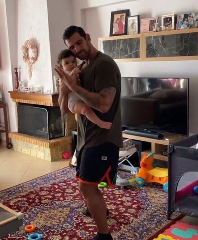 Ετεοκλής Παύλου: Θα λιώσετε με τις αγκαλιές που κάνει στην κόρη του