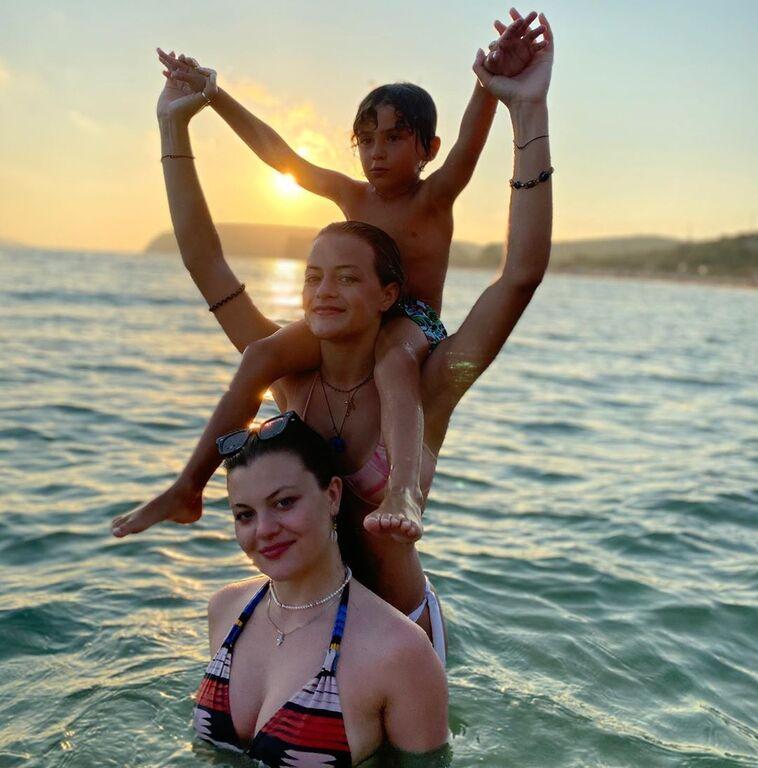 Δωροθέα Μερκούρη: Η καλοκαιρινή φωτογραφία με τις κόρες της στη θάλασσα