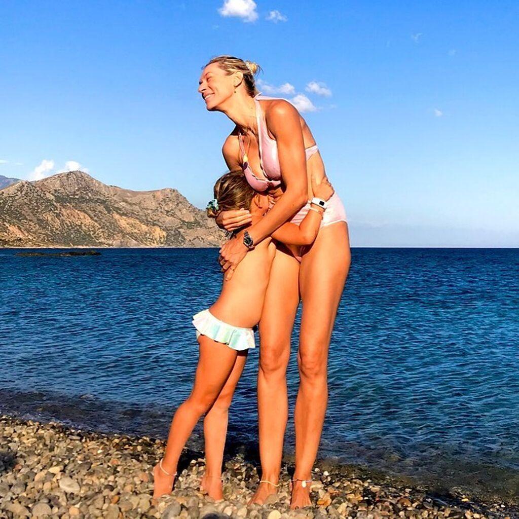 Γνωστή Ελληνίδα μαμά ζήλεψε τις κοτσίδες της κόρης της και έκανε ίδιες
