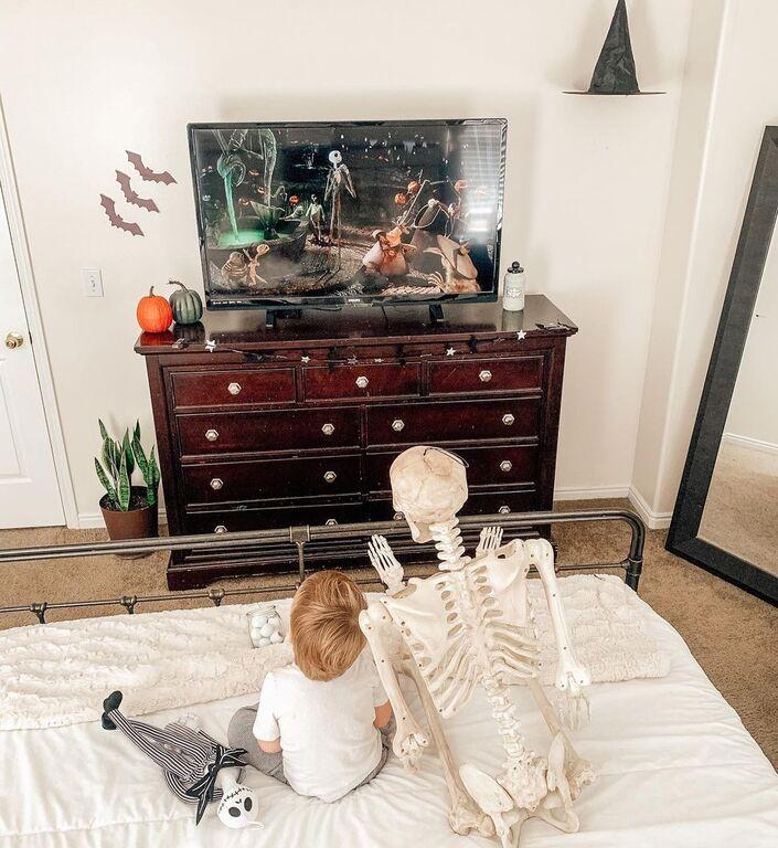 Κι όμως αυτός ο δίχρονος δεν πάει πουθενά χωρίς τον... σκελετό του