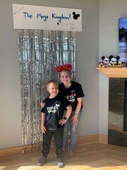 Δημιούργησε ένα Disney πάρκο στο σπίτι για τον μικρότερο αδερφό της