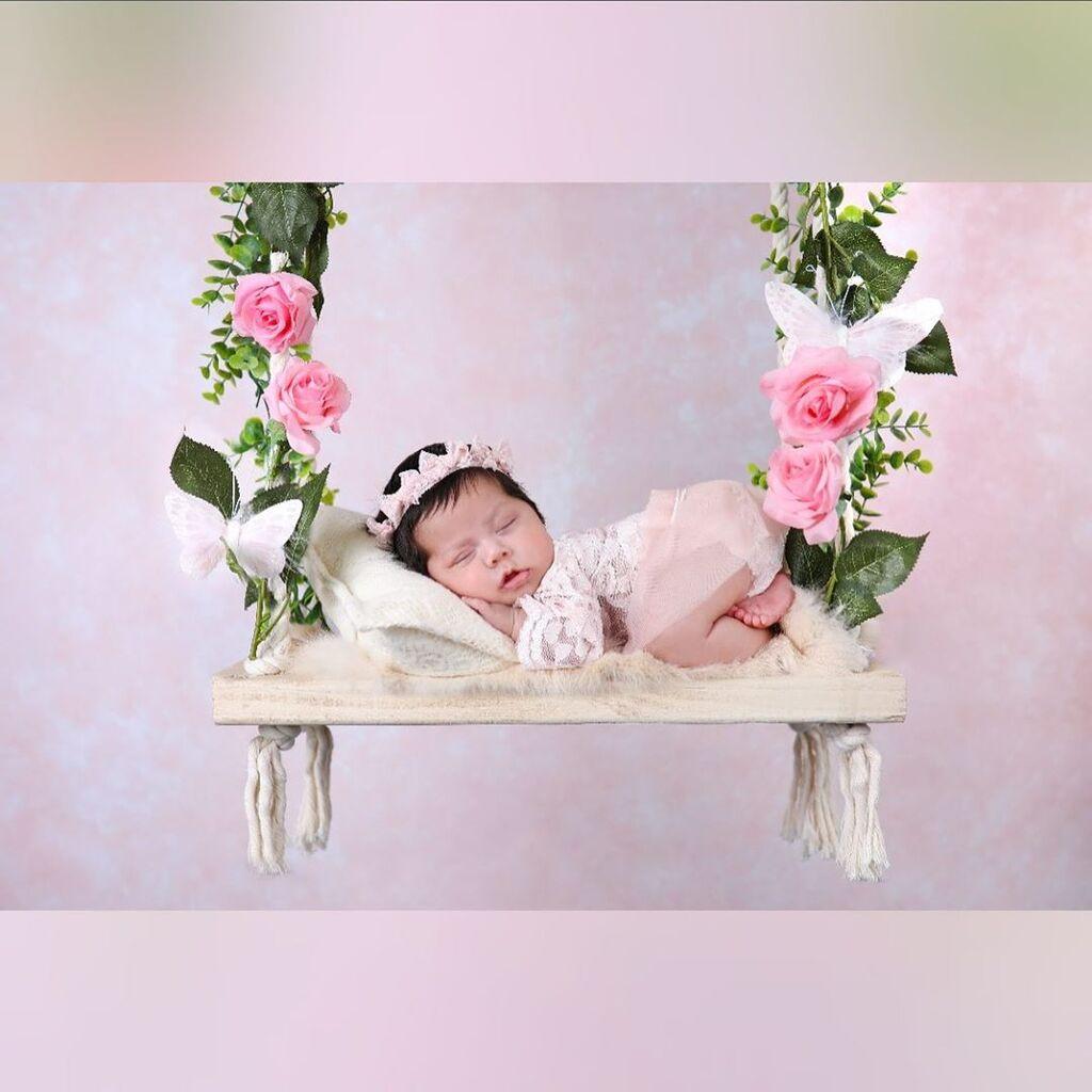 Μωρό φωτογραφίζεται κρατώντας στα χέρια φώτο της αδικοχαμένης του μητέρας