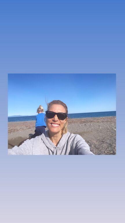 Βίκυ Καγιά: Φθινοπωρινή απόδραση με τα παιδιά της στη θάλασσα