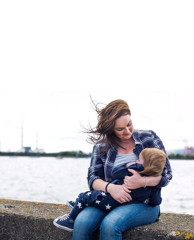 Φωτογράφος απαθανατίζει μητέρες που θηλάζουν δημόσια στη φύση