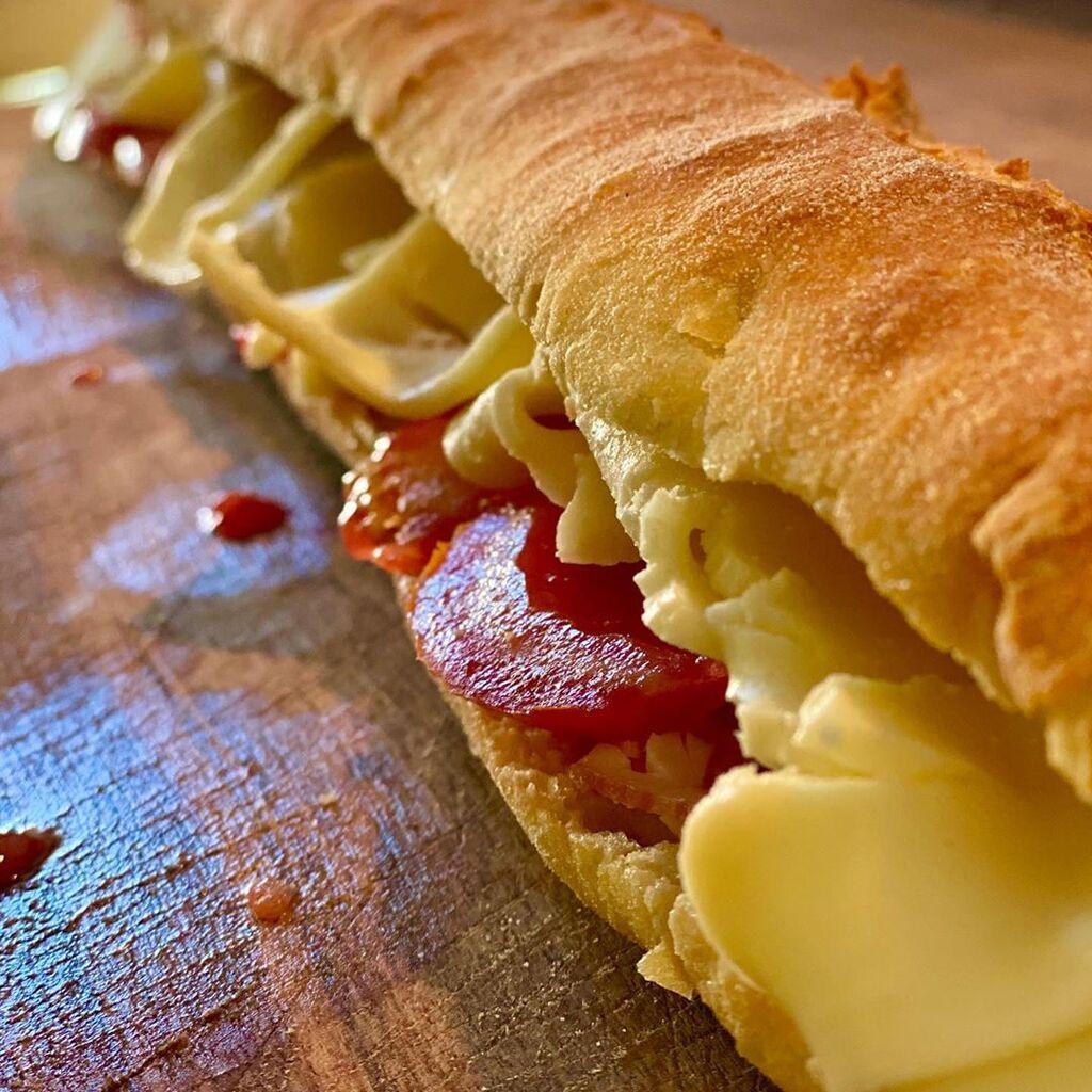 Μπαγκέτα τραγανή κ αφράτ: ζαμπόν ψητό λεπτοκομμένο μούρλια.  Μοτσαρέλα μυρωδάτη κ γευστική,ντομάτα από το μπαλκονι μου δροσερή, σως: Μαγιονέζα,τυρί κρέμα, σπασμένη φέτα, ελαιόλαδο κ ένα δικό μου μιξ μπαχαρικών για το τέλειο.